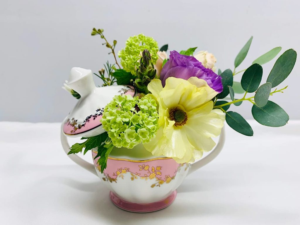 lisianthus, viburnum, ranunculus, rose
